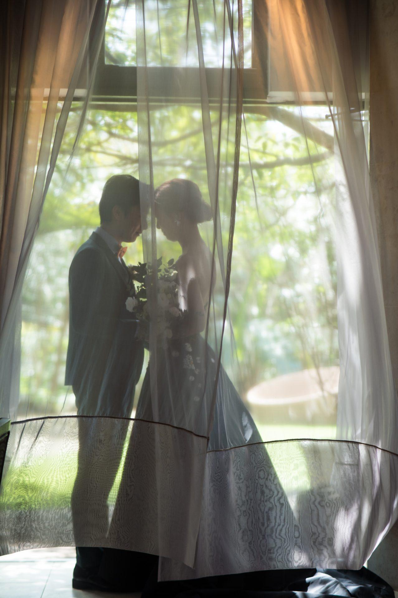 ザ・ルイガンズの前撮りではチャペルでのお写真も残せます。おしゃれなグリーンタキシードとトレンド感のあるブラックカラードレスはザ・トリート・ドレッシングでレンタル可能です