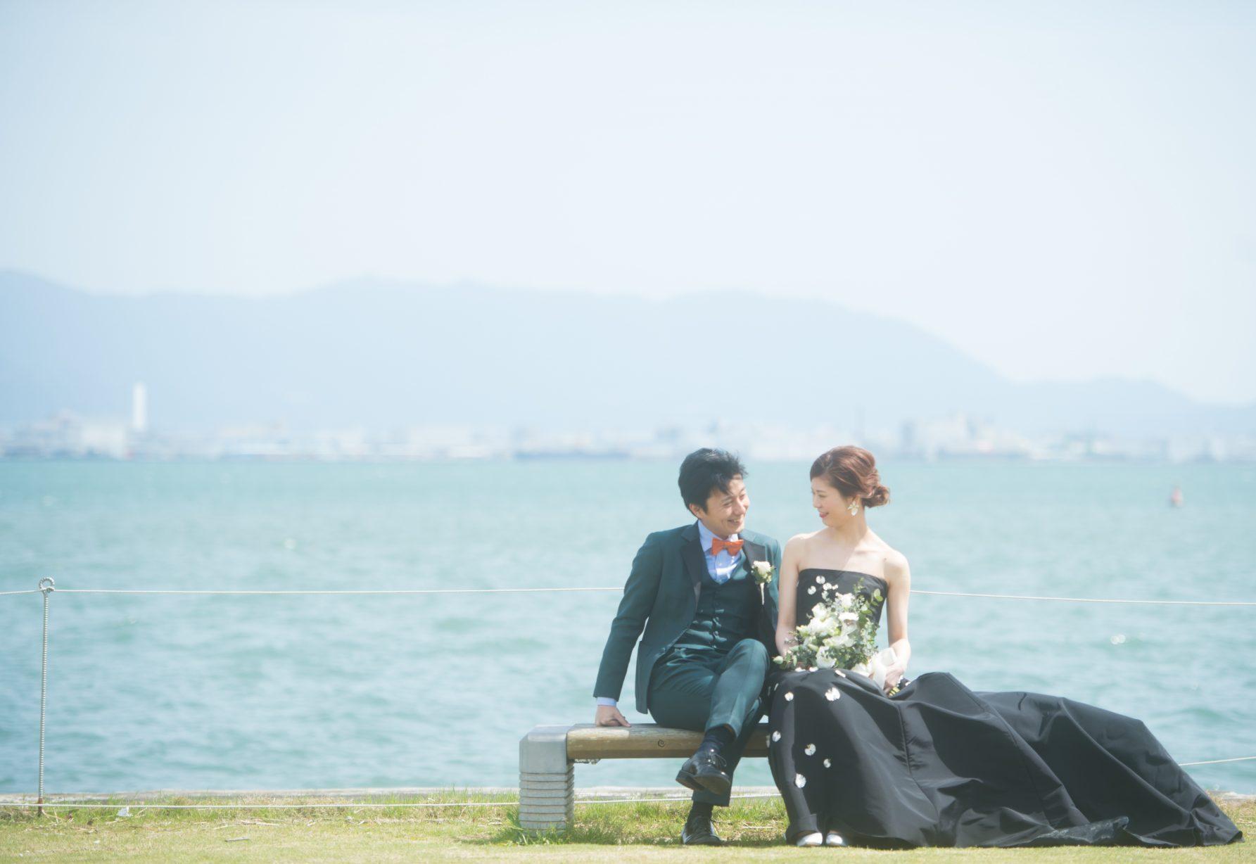 前撮りでもお写真に映えるブラックドレス モニークルイリエの新作ウェディングドレスはルイガンズ婚にぴったり