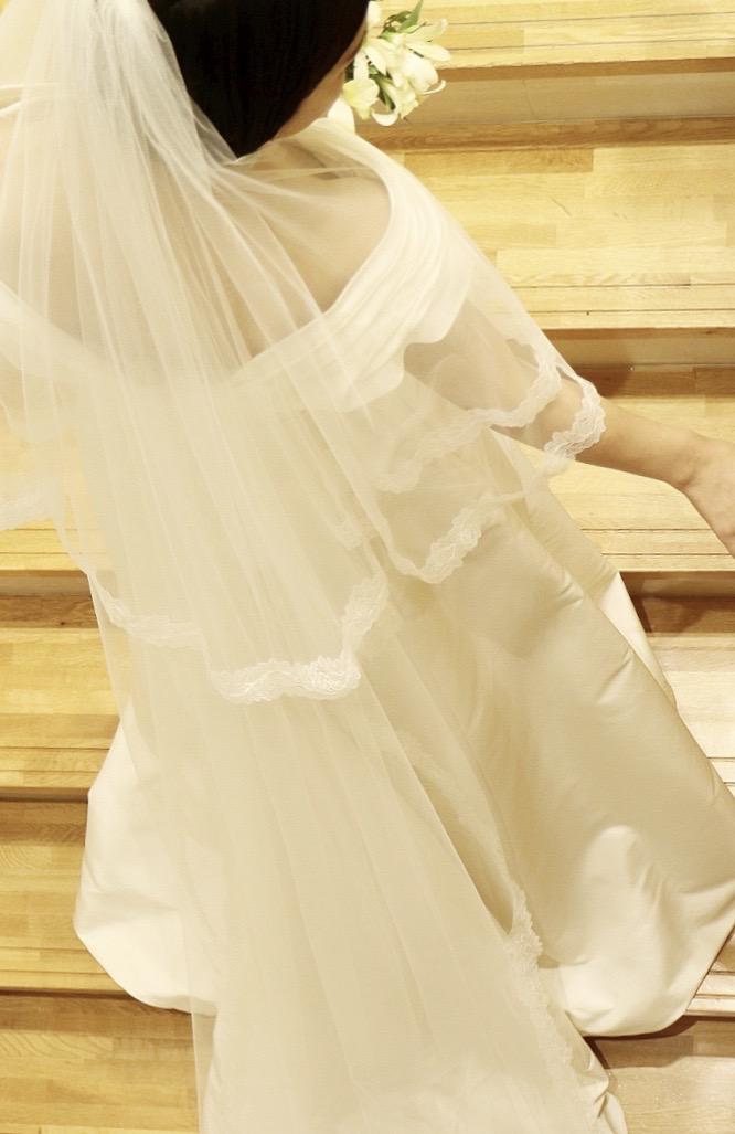 ザ・トリート・ドレッシング京都店にてお取り扱いをしているキャロリーナへレラのAラインのオフショルダーのウエディングドレス