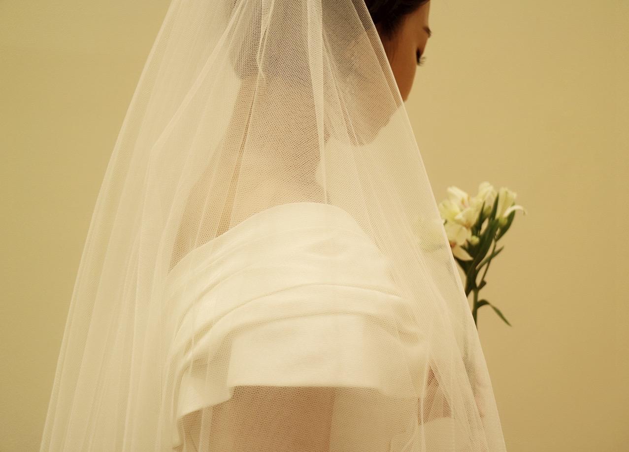 ザ・トリート・ドレッシング京都店のキャロリーナヘレラのシンプルなオフショルダーのウエディングドレスとロングベールを合わせたコーディネート
