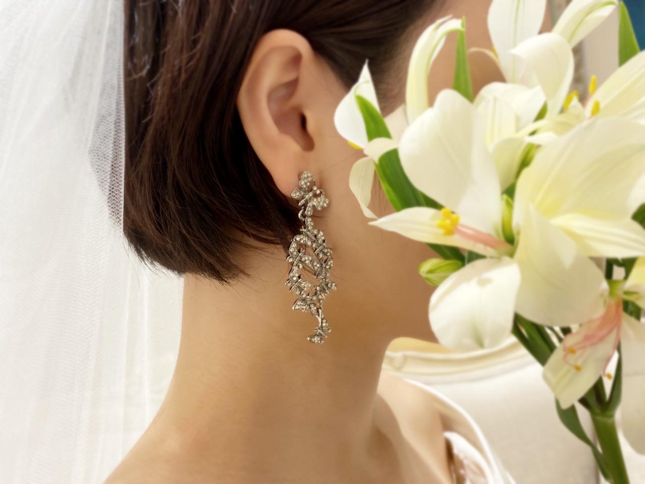 ショートボブヘアやボブヘアの花嫁様におすすめのオスカーデラレンタの蝶々モチーフのイヤリング