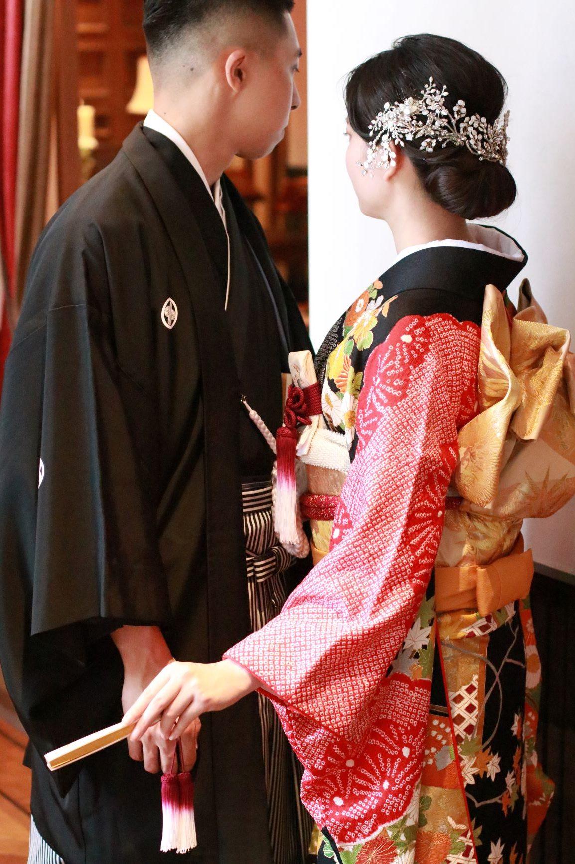 新郎様は紋付袴姿、新婦様は色鮮やかな色打掛や振袖をお召しいただく結婚式の和装スタイルは、お洒落な花嫁様に人気のお色直しや前撮りのスタイルとなっており、現代にふさわしい和モダンな印象のコーディネートがおすすめです
