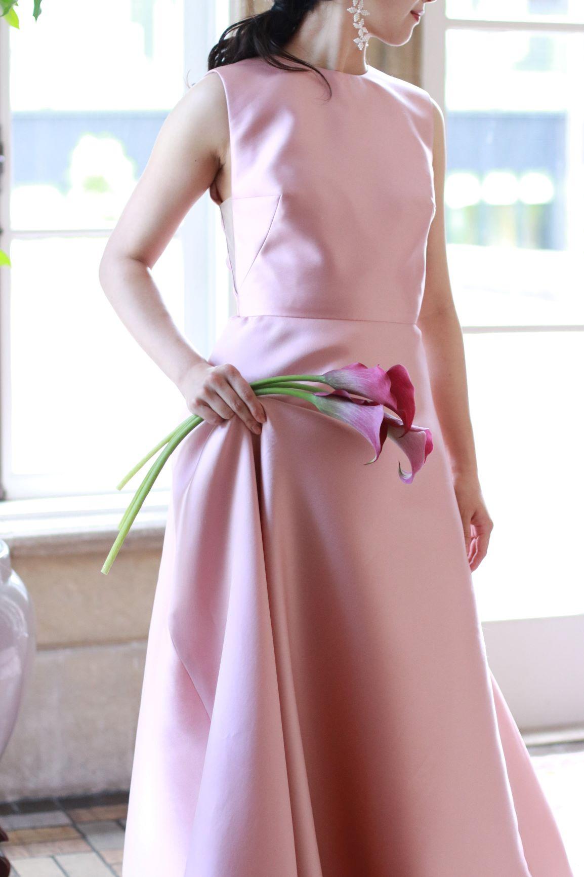 上質なシルクサテンの素材とモダンなデザインが美しいリーム・アクラの新作カラードレスは、シンプルさのなかにもオリジナリティあふれるお洒落なスタイルを求める花嫁様におすすめです