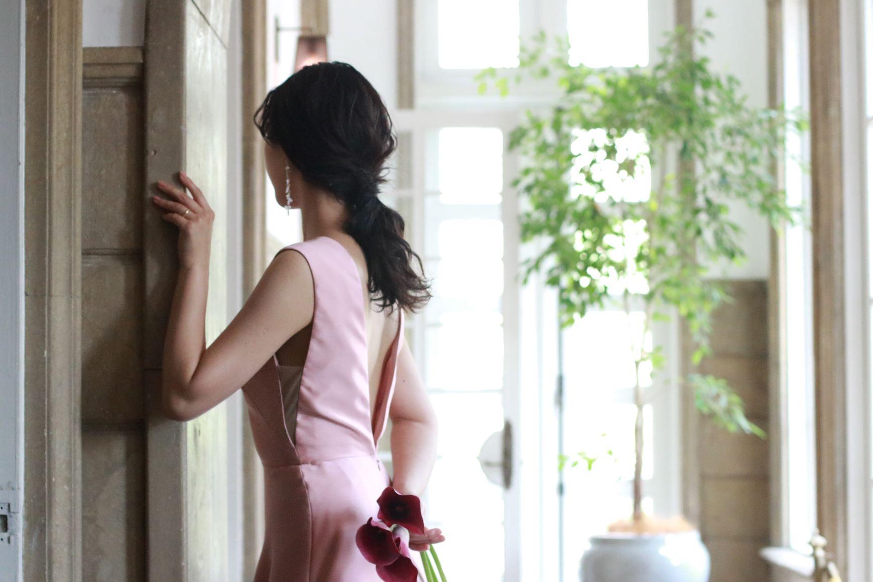 東京表参道の人気ドレスショップ、ザ・トリート・ドレッシングでは、お色直しや前撮りで人気のダウンヘアや大振りイヤリング、カラーのブーケと相性抜群のシンプルで写真映えするお衣裳を多く取り扱っております
