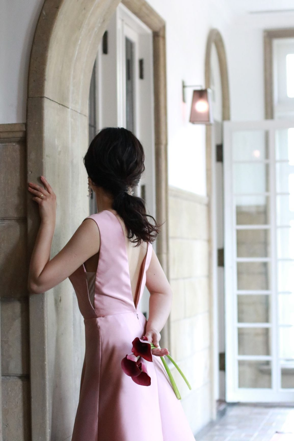 日本の花嫁様に人気の中東系ドレスブランド、リーム・アクラのモーブピンクのカラードレスは、女性のお身体を綺麗に見せるために、背中と脇元に大胆に施されたVカットが大人の魅力を引き立てる唯一無二のデザインです