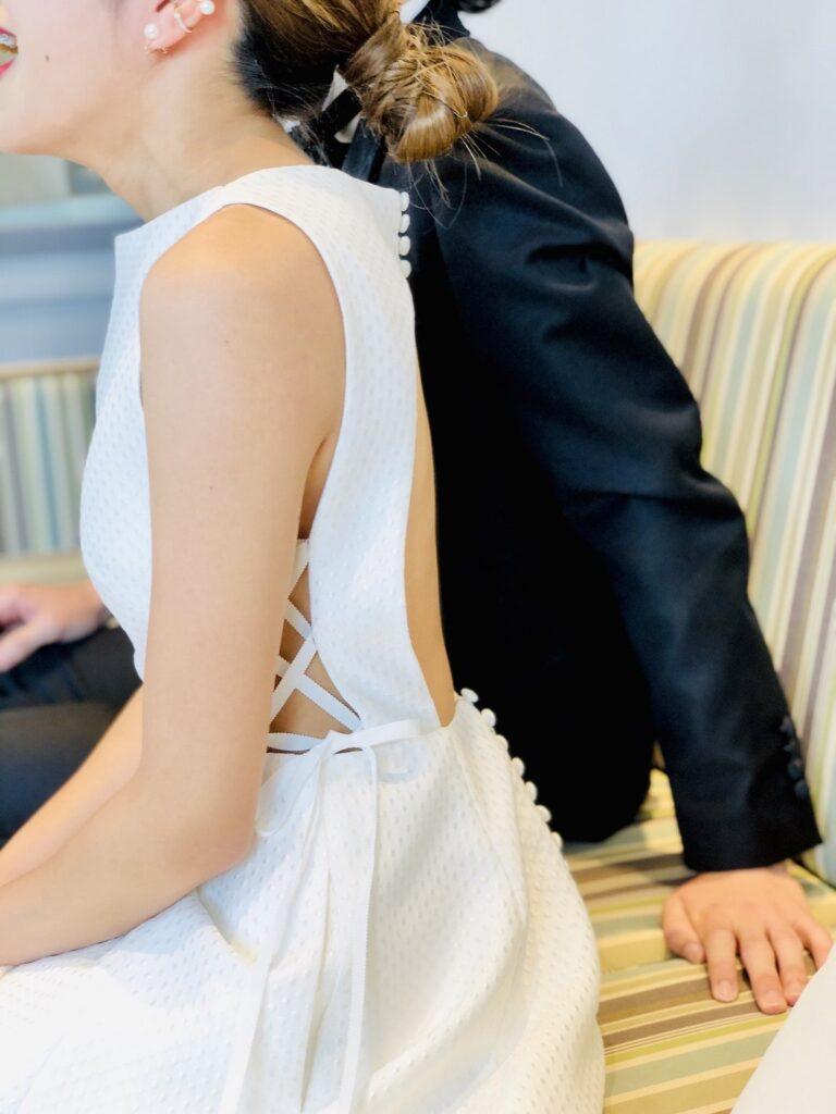 くるみ釦が可愛いウェディングドレスは二次会パーティをお洒落に演出