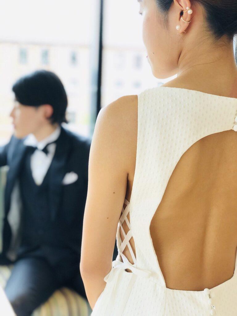 バーニーズニューヨーク横浜店らしい個性の光るウェディングドレスにはイヤーカフを重ねてコーディネート