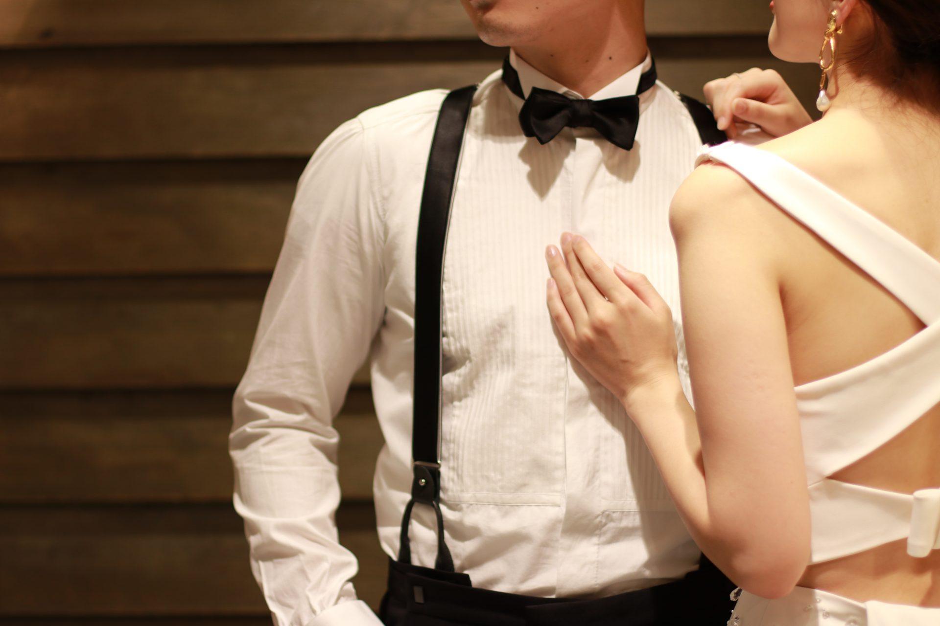 THETREATDRESSINGがご提案する新郎様の披露宴でのシャツスタイルは、ゲストとの距離が近いアットホームなパーティーにぴったりのコーディネートで、インポートドレスとの組み合わせにオススメです