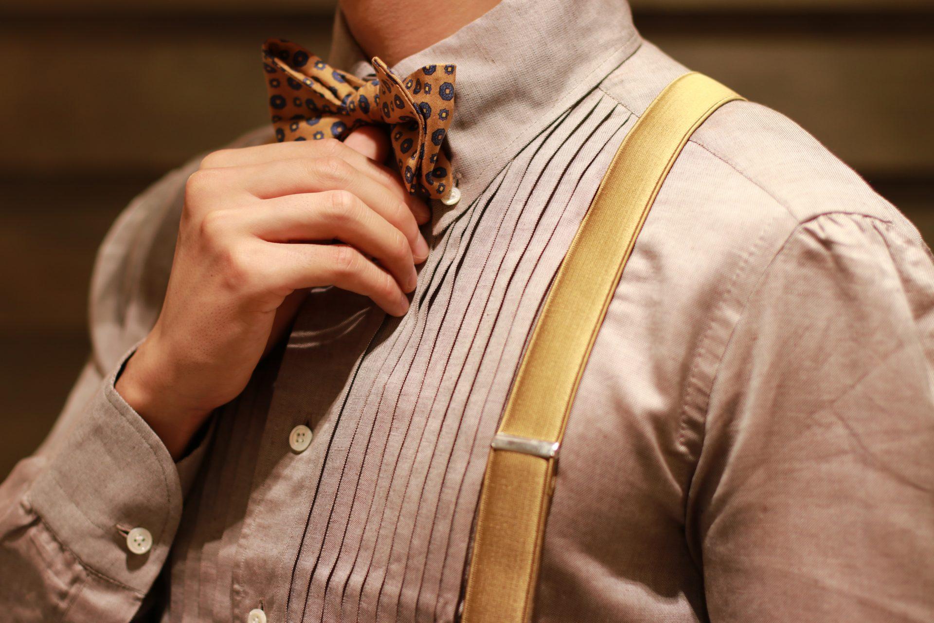 ザ・トリート・ドレッシング アディション店のご提案する、プリーツの入ったブラウンシャツにマスタードイエローのサスペンダーを合わせたトラッドなコーディネートは、専属会場である赤坂プリンスクラシックハウスでの秋のお式におすすめです