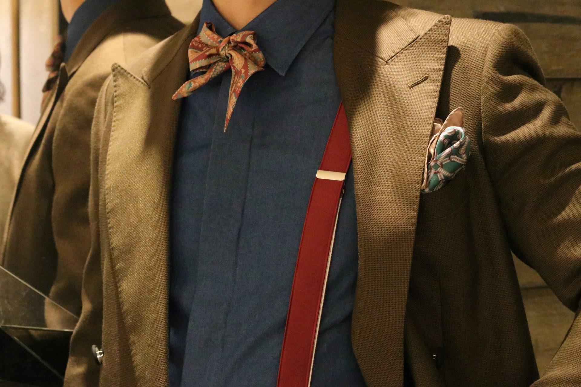 インスタグラムでも人気のTREATgentlemanがご提案するメンズウェアのコーディネートは、ブラウンのウェアに深みのあるデニムシャツとボルドーのサスペンダーやタイを合わせたシックな装いで、大人なホテルウェディングでのお色直しにおススメです。