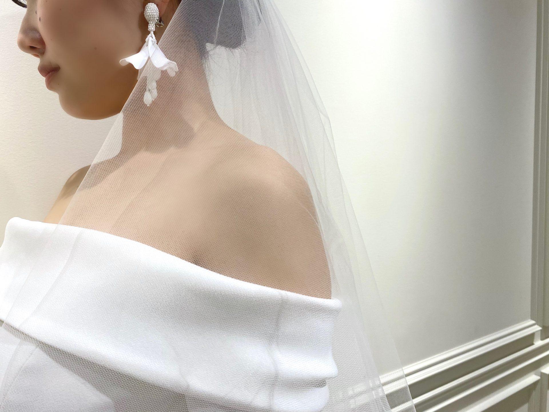 フォーチュンガーデン京都にてお式をあげられる花嫁様におすすめしたい大ぶりの白いイヤリングがお洒落なオスカーデラレンタのアクセサリー