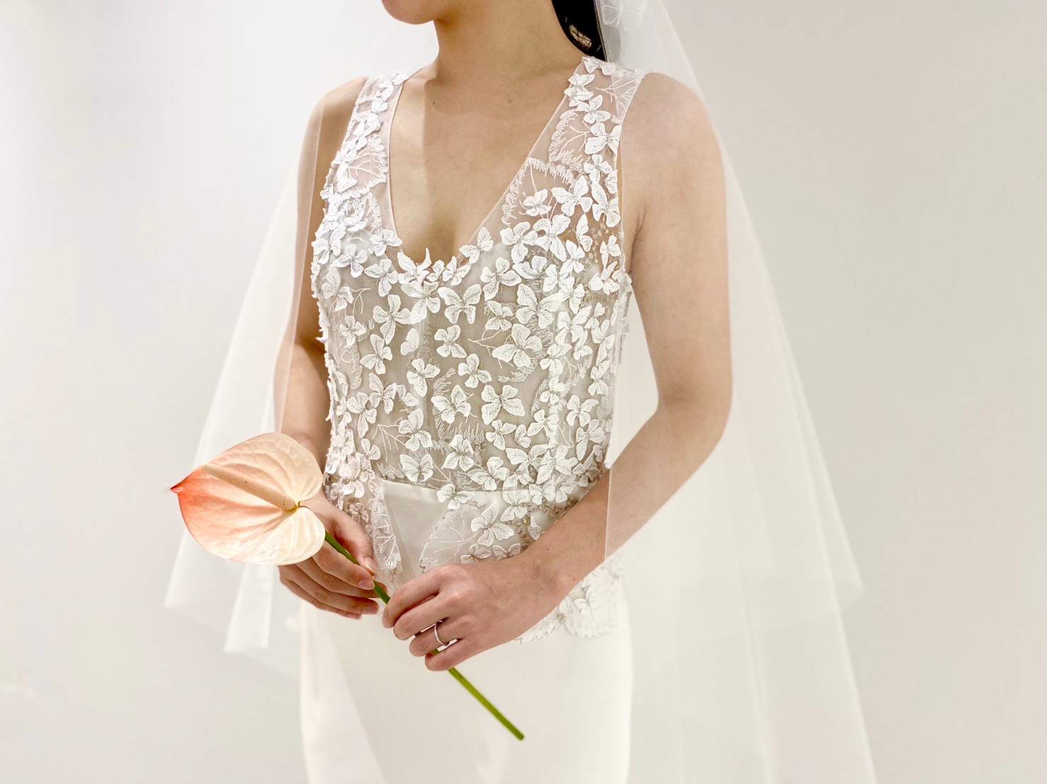 THE TREAT DRESSING大阪店からエリザベス・フィルモアのVネックのすっきりしたウェディングドレスと新作オリジナルベールと合わせた素敵なコーディネート