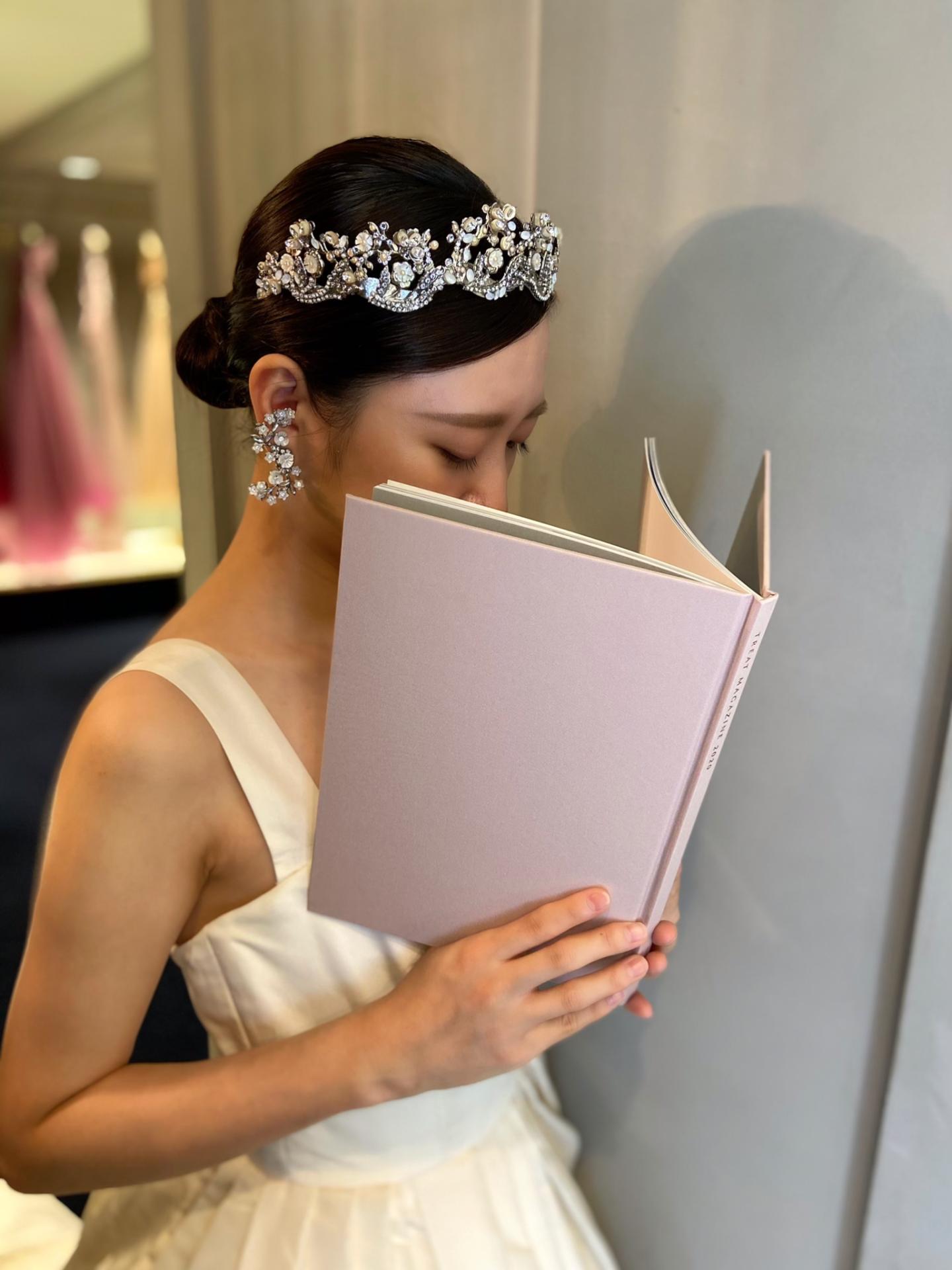 マリア・エレナの大ぶりティアラと花柄のイヤリングを組み合わせた唯一無二の素敵なコーディネート
