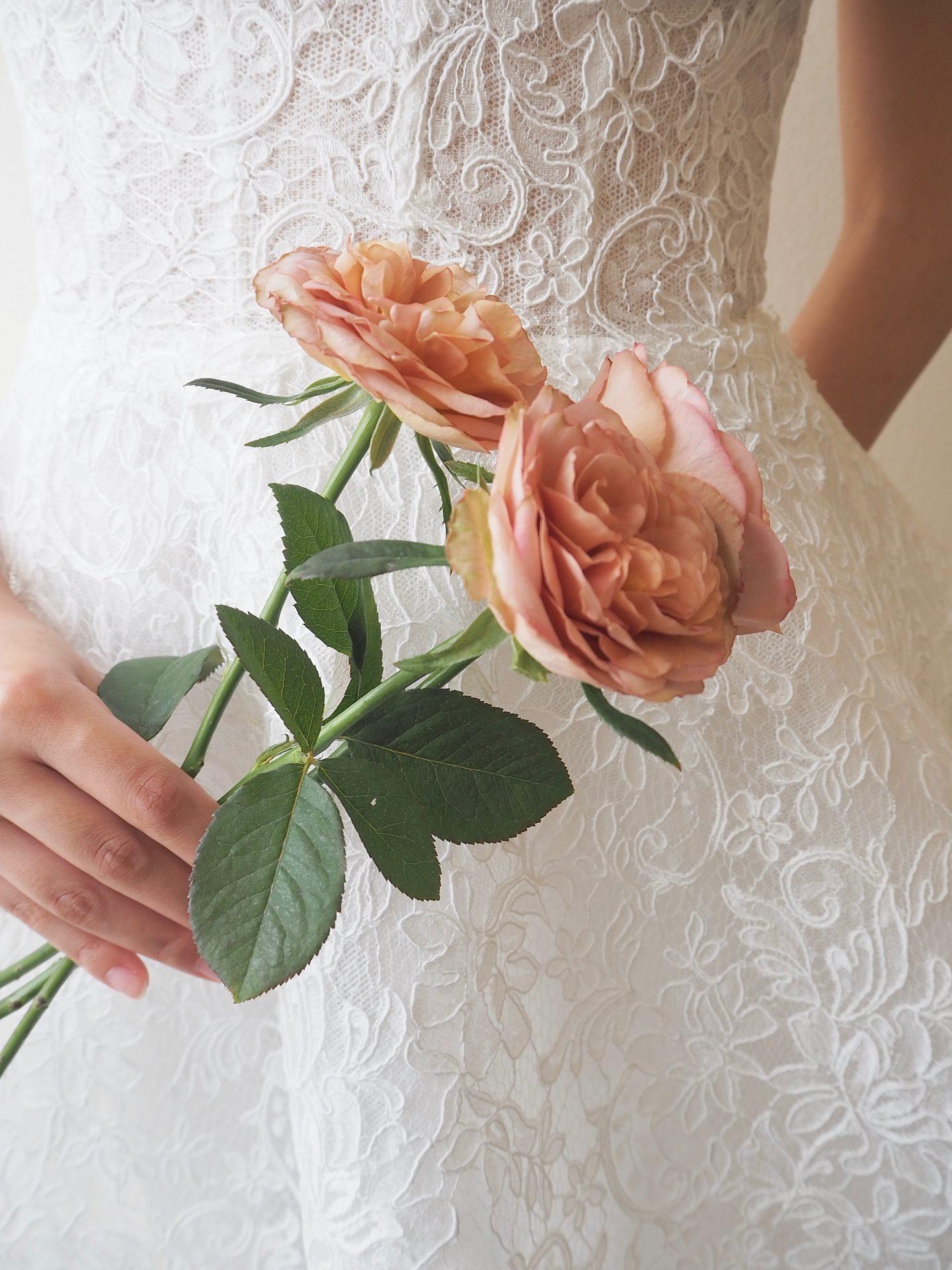 京都にて結婚式をお考えのプレ花嫁様にご提案したい絵画のような美しい刺繍が魅力的で新婦様の透明感をより引き立てるAラインのウェディングドレス