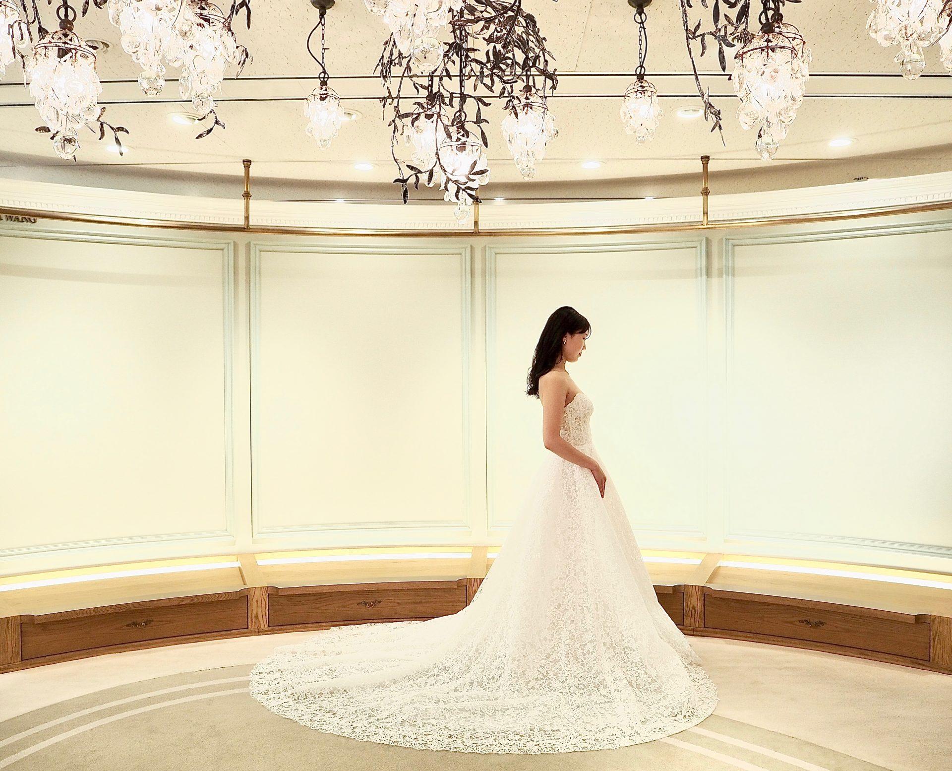 京都エリアでお式を検討されている花嫁様へご紹介したい360度どの角度からみてもクラシカルでエレガントな印象のトレーンの長い総レースのウェディングドレス