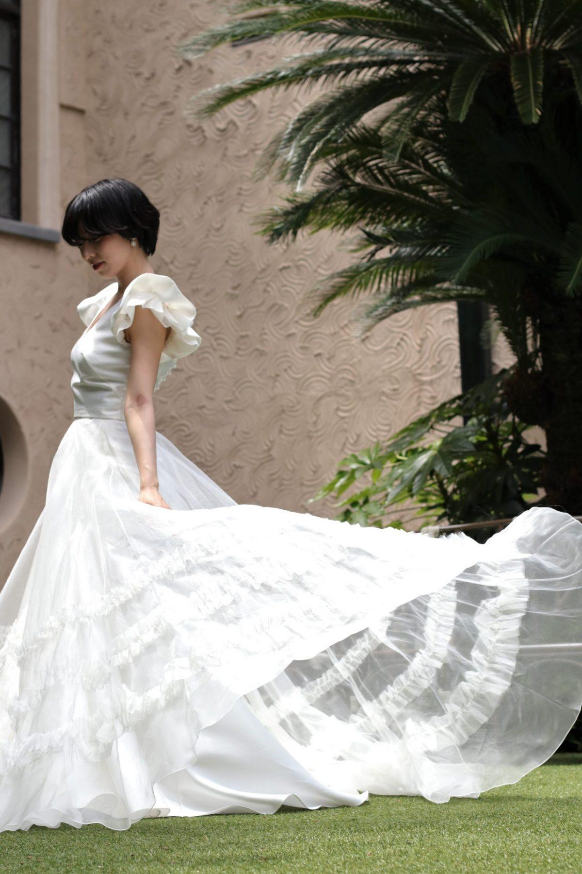 マーメイドラインのウェディングドレスに、オーバースカートを合わせるとシンプルなAラインに変化する2wayのウェディングドレスは、挙式や披露宴、二次会とシーンに合わせてコーディネートを楽しめます