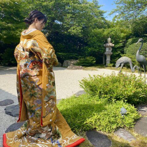和婚におすすめの日本庭園に映える古典柄と刺繍が美しいからし色の色打掛