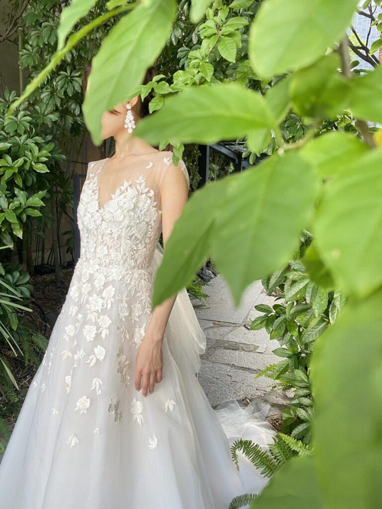 胸元からお花が溢れるようなデザインが施された、繊細な刺繍やビーディングの美しいキャロリーナ・ヘレラのレンタルウェディングドレス