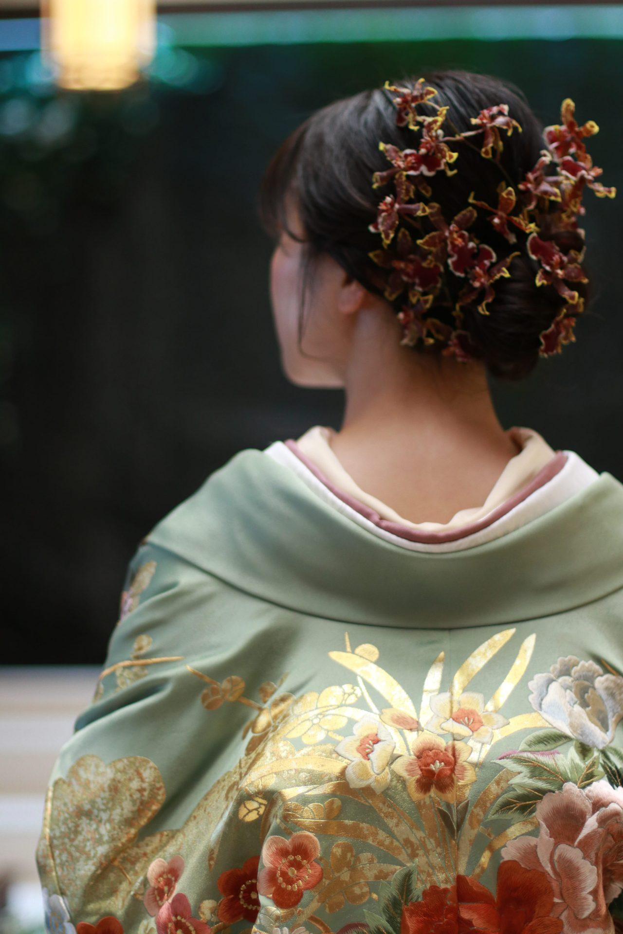 ザトリートドレッシングがおすすめする洋髪と生花のモダンな雰囲気のスタイリング