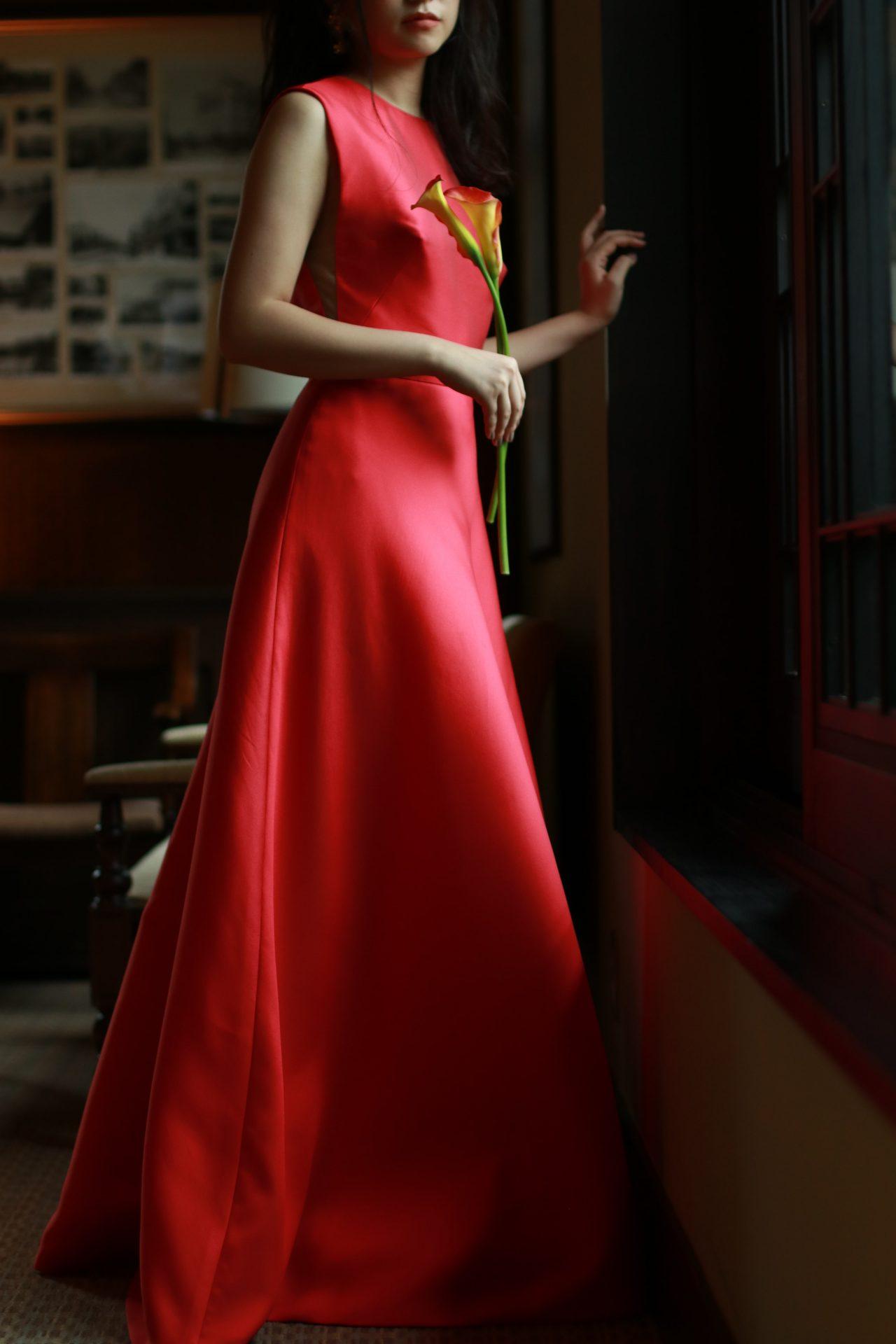 トリートドレッシング名古屋店で取り扱うAラインシルエットが綺麗なリームアクラの赤のカラードレス