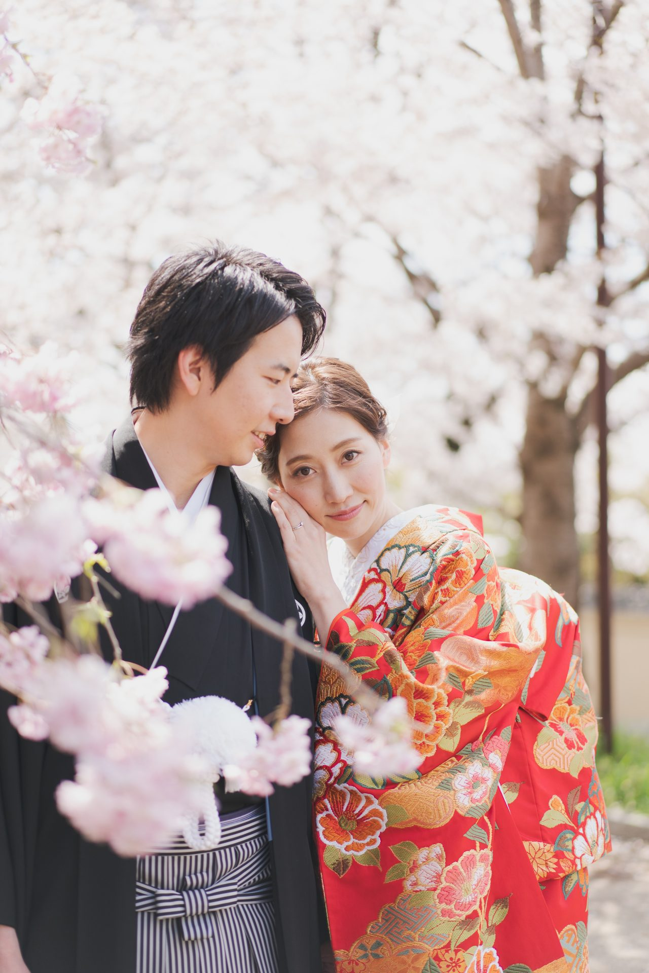 京都での和装前撮りにおすすめのザトリートドレッシング京都店の赤地とお花の柄行の色打掛
