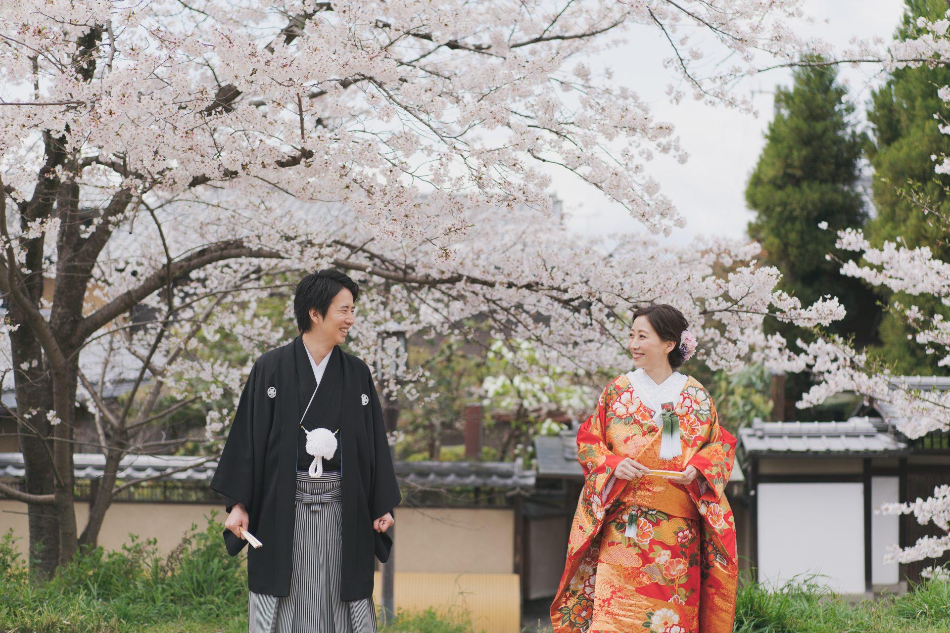 ザトリートドレッシング京都店にてお取り扱いをしている赤色の色打掛で過ごす京都での和装前撮り