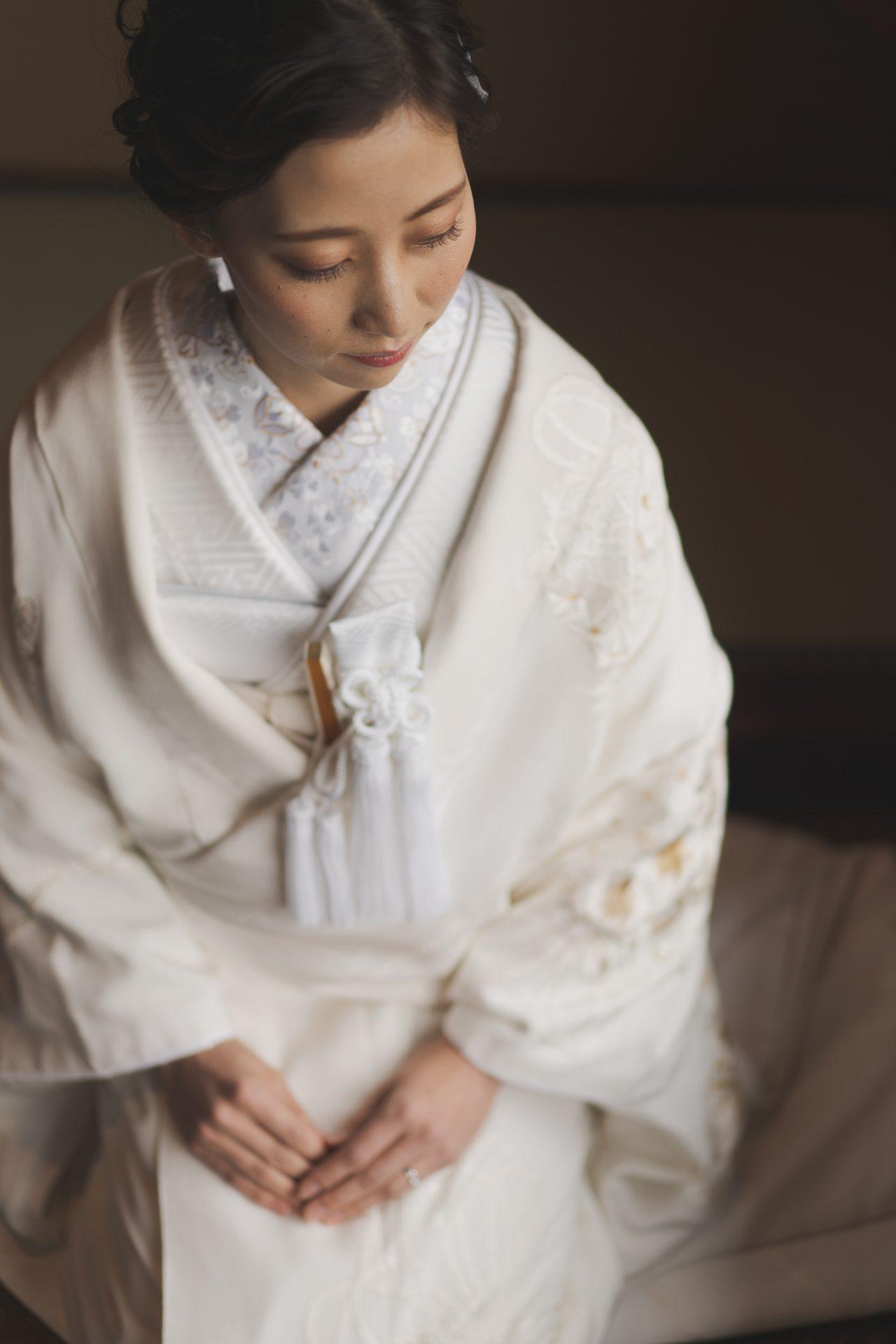 上品な鶴とお花の金刺繍が施されたザトリートドレッシング京都店にてお取り扱いをしている白無垢での前撮り