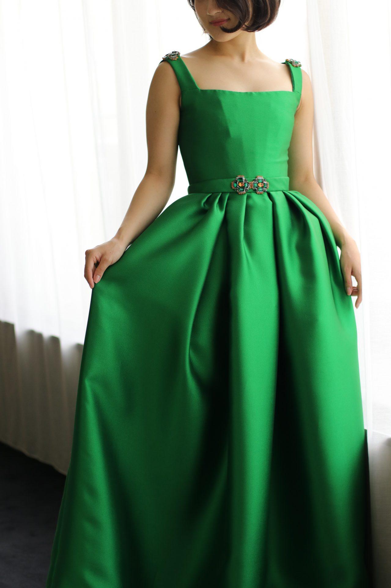 インポートドレスのセレクトショップであるTHETREATDRESSING ADDITION店に新作で入荷した緑のカラードレスはクラシカルな深みのある色と重厚な光沢が美しい、大人花嫁様におすすめの1着です