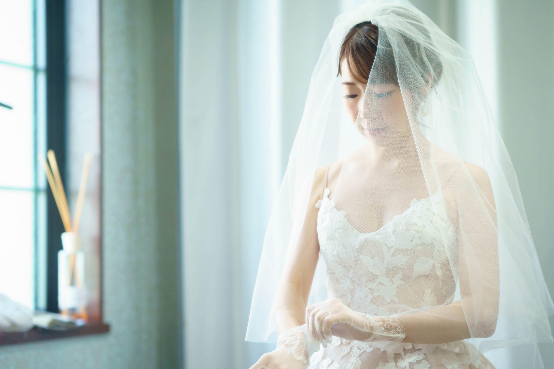 フォーチュンガーデン京都店の提携会場フォーチュンガーデン京都でお式を挙げられる新婦様におすすめしたい胸元のデザインがお洒落でレースが美しいウエディングドレス