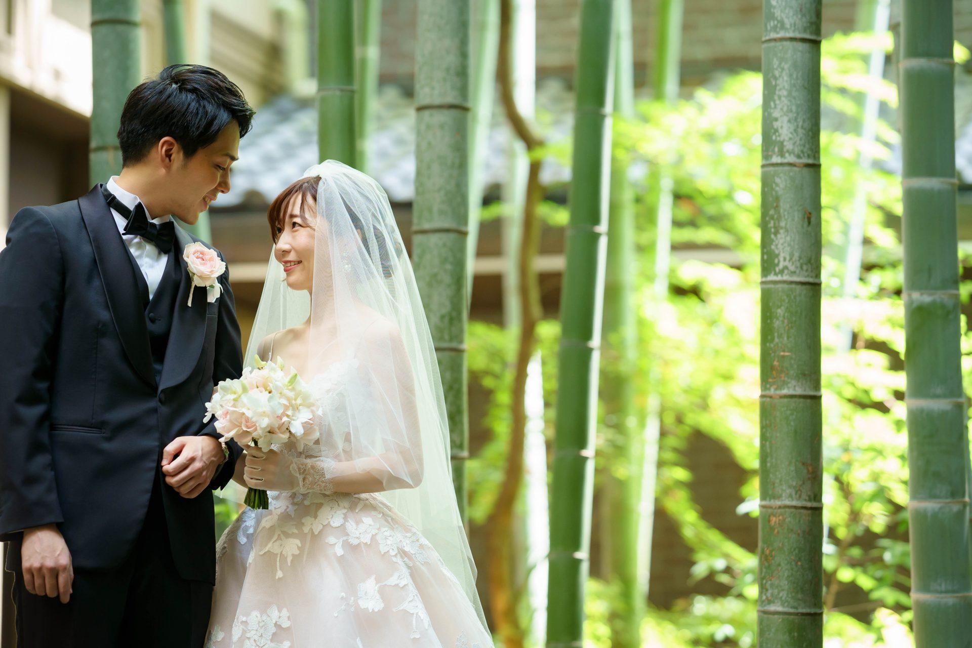 フォーチュンガーデン京都店の提携会場フォーチュンガーデン京都で結婚式を挙げられる新婦様におすすめしたい大振りなレースが華やかなモニーク・ルイリエのウエディングドレス