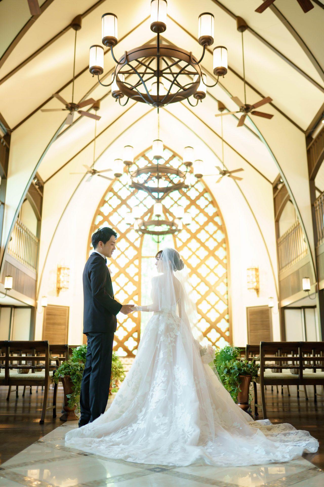 フォーチュンガーデン京都店の提携会場フォーチュンガーデン京都で結婚式を挙げられる新婦様におすすめのトレーンが長くブラッシュカラーの色味がフェミニンなウエディングドレス