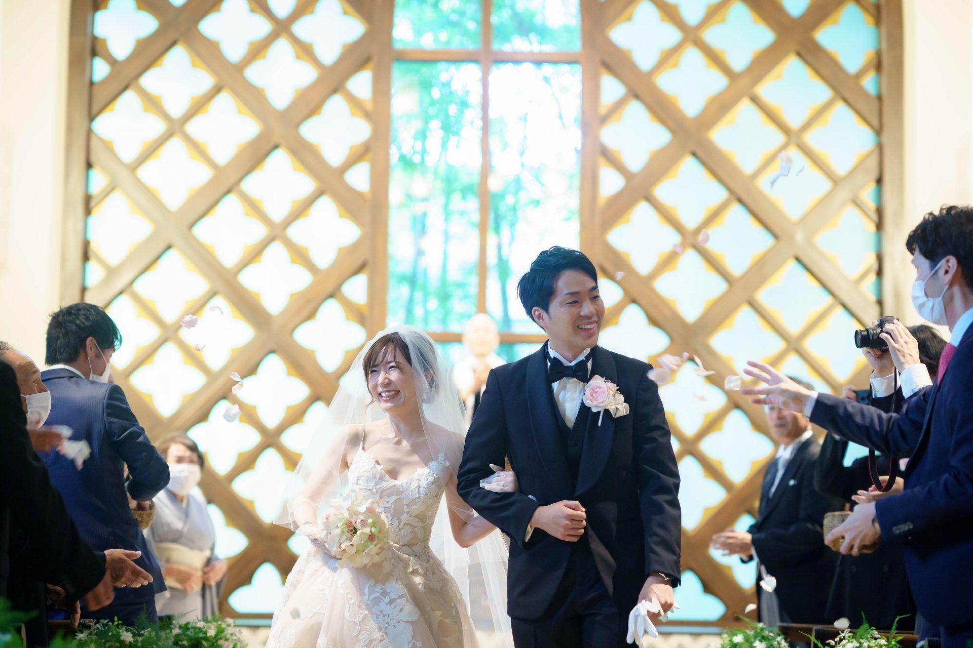 フォーチュンガーデン京都店の提携会場フォーチュンガーデン京都のチャペルに映えるレースが美しく大人可愛いモニークルイリエのウエディングドレス