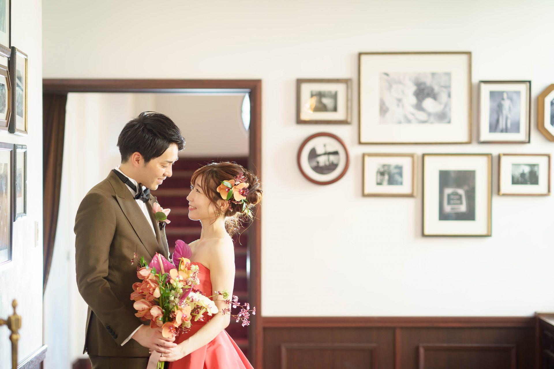 フォーチュンガーデン京都店の提携会場フォーチュンガーデン京都でお式を挙げられる方におすすめしたいモニーク・ルイリエのポピーレッドのカラードレスとブラウンのタキシード