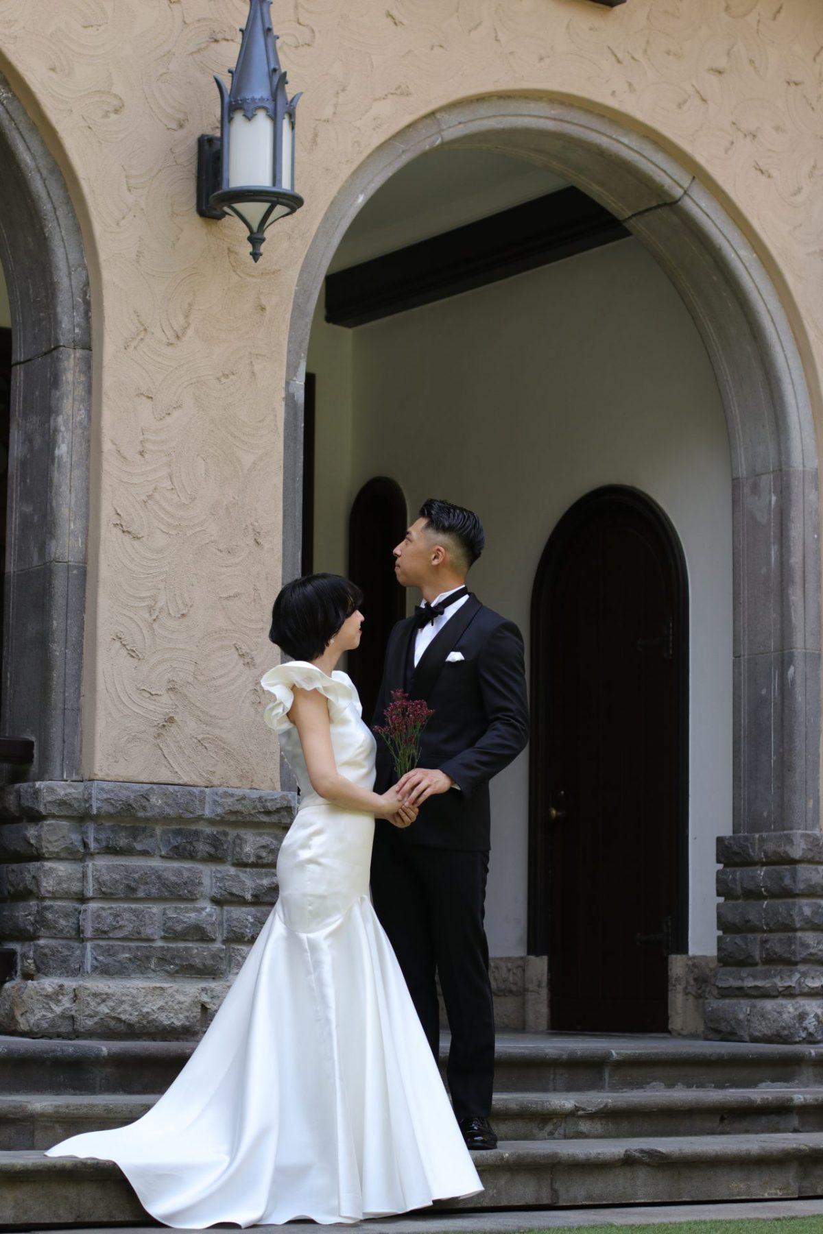 東京で人気の洋館での前撮りや結婚式はサテンのウェディングドレスとブラックのタキシードでトータルコーディネートするとクラシックでレトロな印象になります