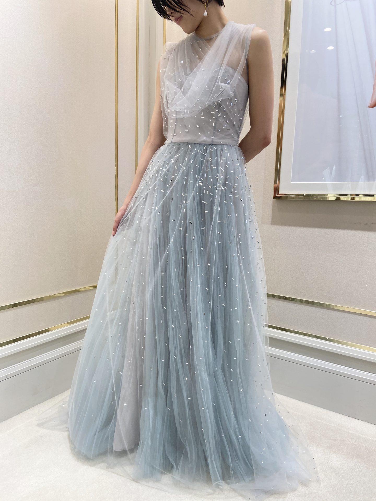 スモーキーブルーのニュアンスカラーとスパンコールが美しいマルコ アンド マリアの新作カラードレス