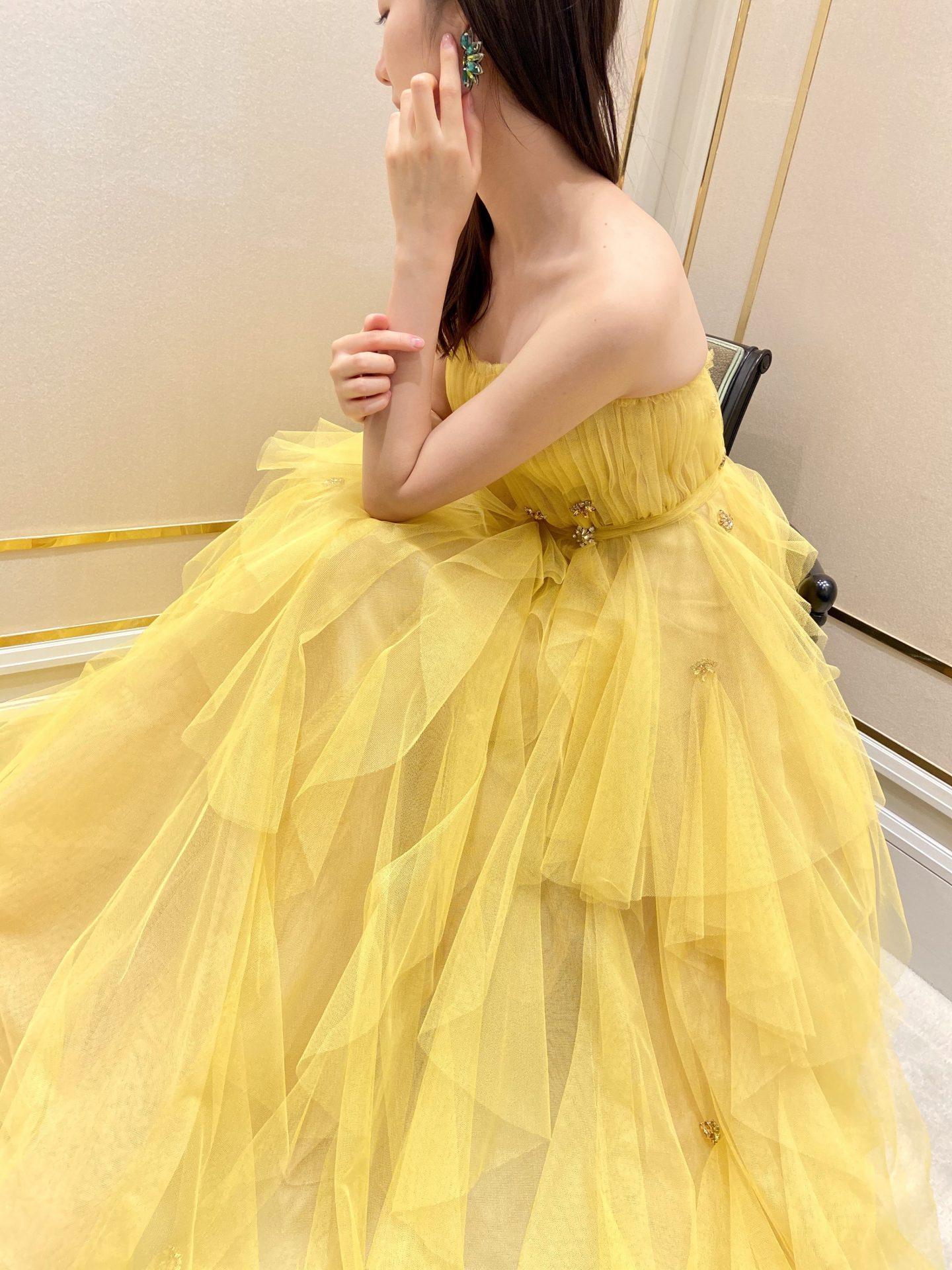リーム・アクラのチュール生地のフリルと大ぶりなビジューが美しいイエローのカラードレス