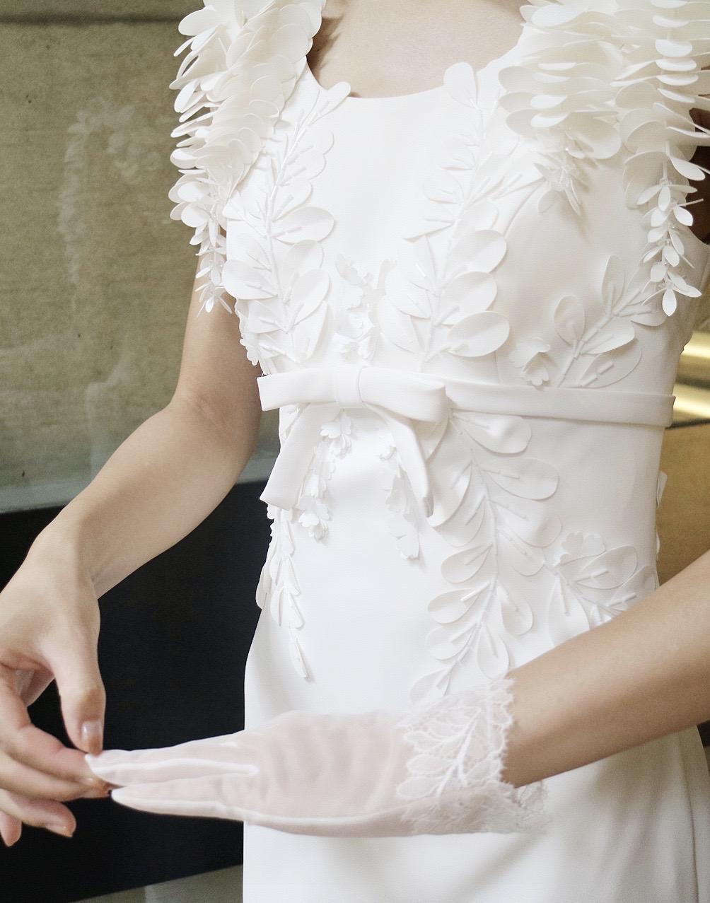 マットな質感とフラワーモチーフが施された細身のクラシカルなビクターアンドロルフマリアージュのウエディングドレス
