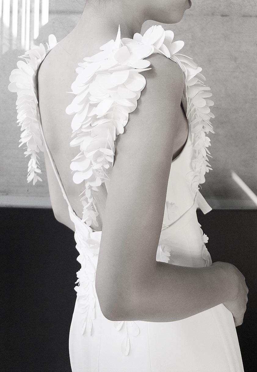 ザ・トリート・ドレッシング京都店がおすすめをするビクターアンドロルフマリアージュのフラワーモチーフが華やかなスレンダーラインの上品なウエディングドレス