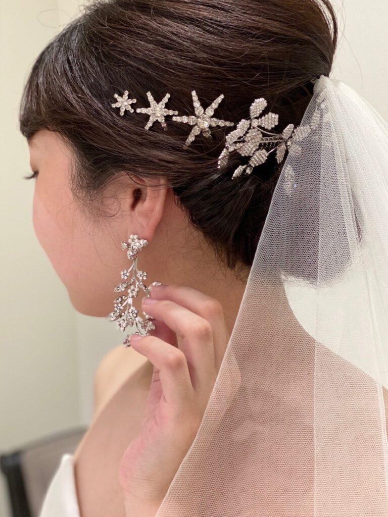 元なでしこジャパン代表の丸山桂里奈さんに結婚記者会見にてご着用いただいたウェディングドレスに合わせたのは、ザ・トリート・ドレッシングのドレスコーディネーターがセレクトした繊細なヘッドアクセサリーとイヤリングです。