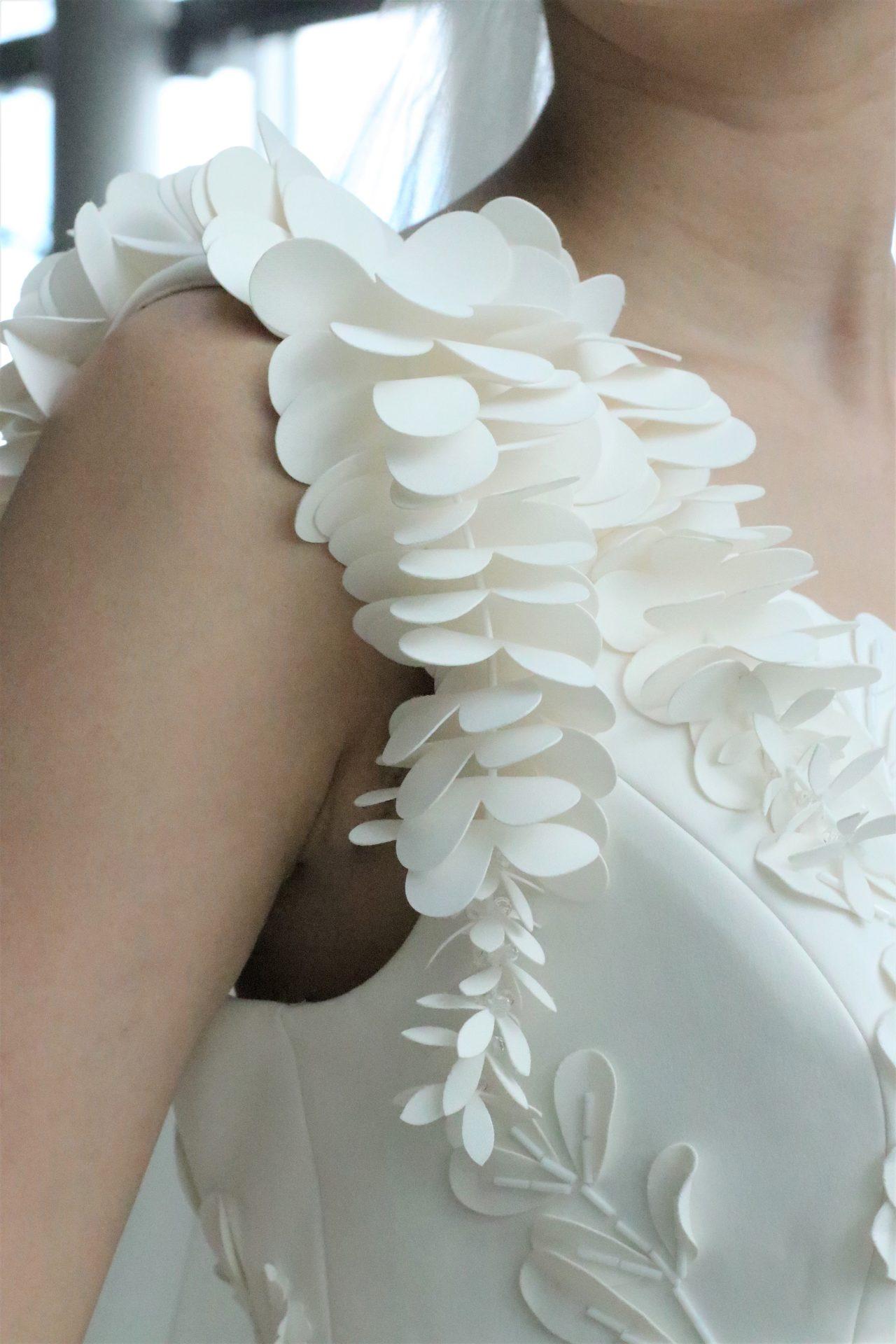 TOMO KOIZUMIとのコラボレーションで世界中の注目を浴びる日本のドレスショップ、ザ・トリート・ドレッシングに入荷したのは、ショルダーに藤の花びらが揺れ動くようなデザインが印象的なヴィクターアンドロルフマリアージュの新作ウェディングドレスです