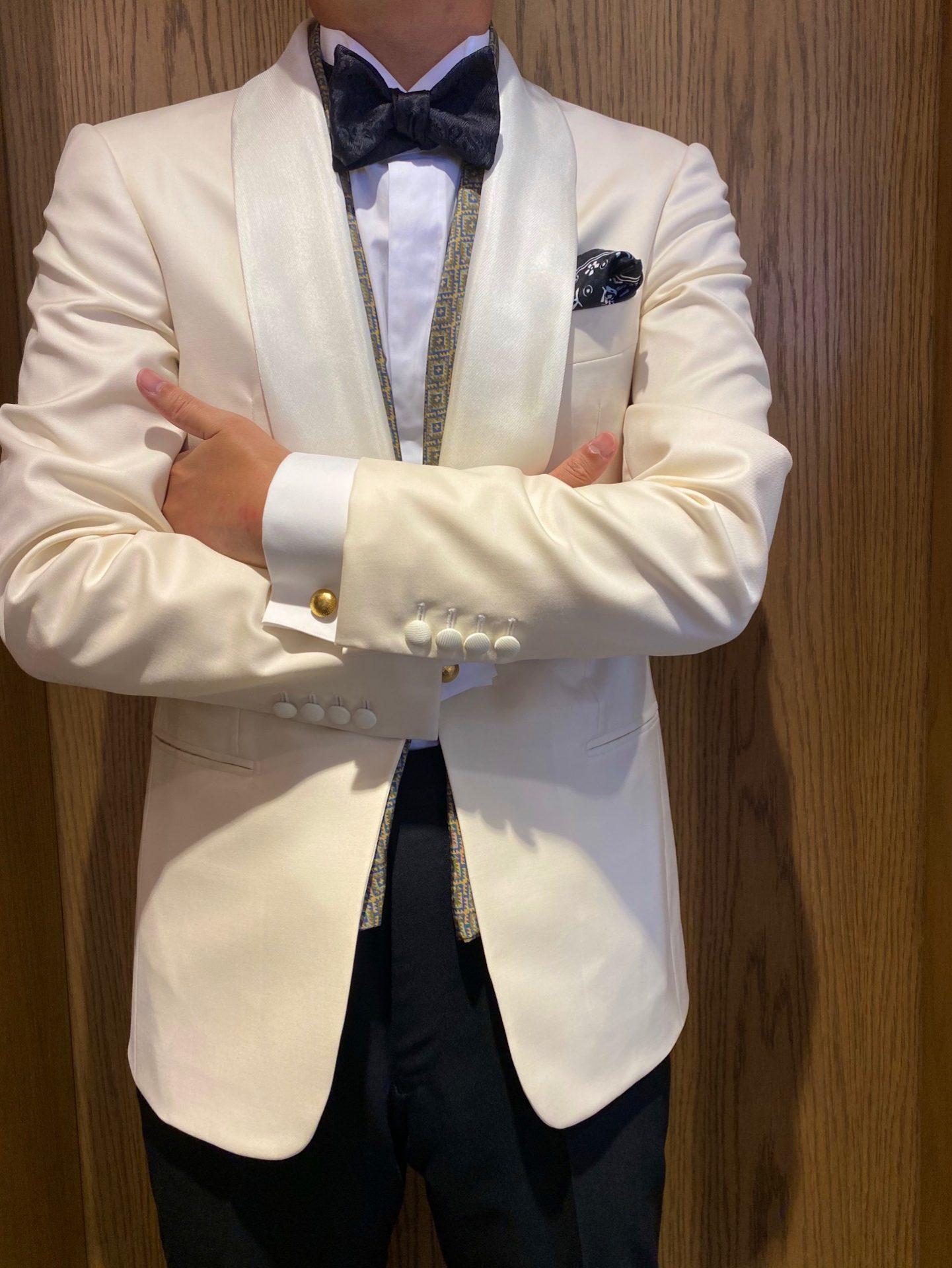 オーセンティックなタキシードからホワイトのジャケットにパーティーシーンで羽織変えたエレガントなスタイル