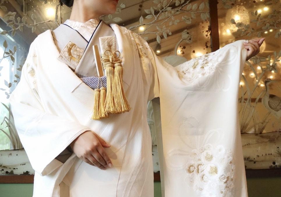 ザ・トリート・ドレッシング京都店の提携会場THE SODOH HIGASHIYAMA KYOTOのTHE PAGODAの披露宴会場に合わせた 灰色の掛下と金色の小物を合わせたモダンな白無垢のコーディネート