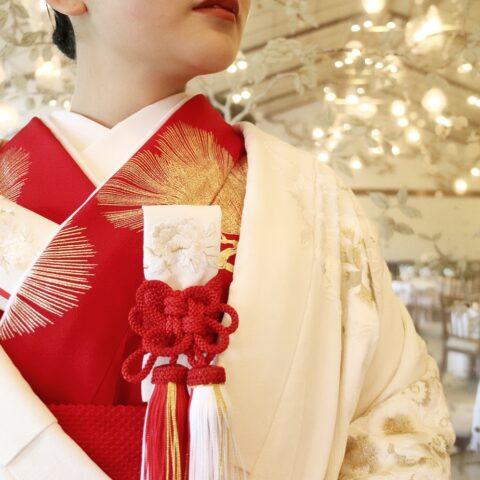 ザ・トリート・ドレッシング京都店にてお取り扱いをしている金刺繍の白無垢と赤掛下のコーディネート