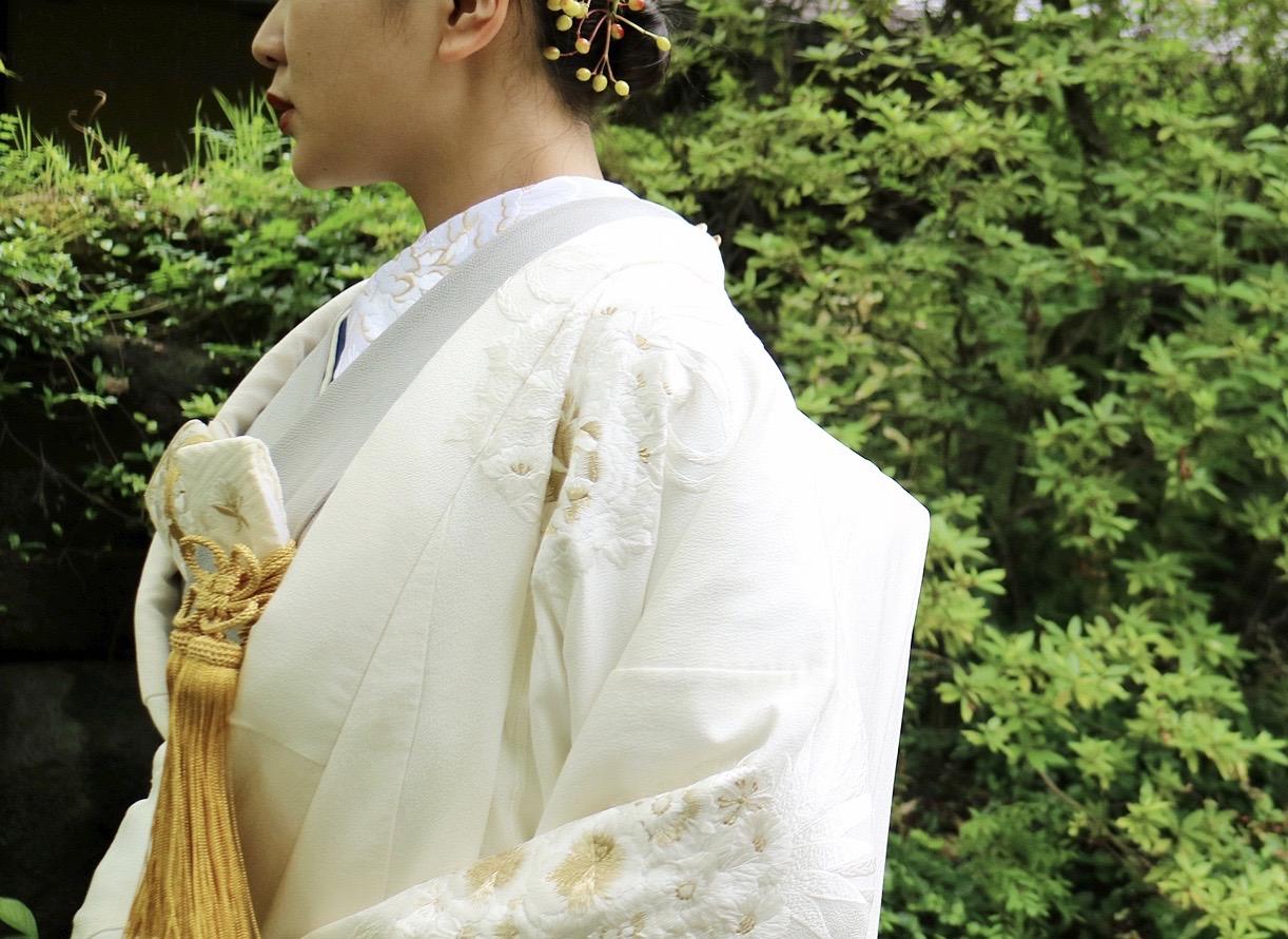 京都の和装が映える結婚式会場ザ ソウドウ ヒガシヤマ キョウトの自然豊かな庭園に合うザ・トリート・ドレッシングにてお取り扱いをしている白無垢のモダンなコーディネート