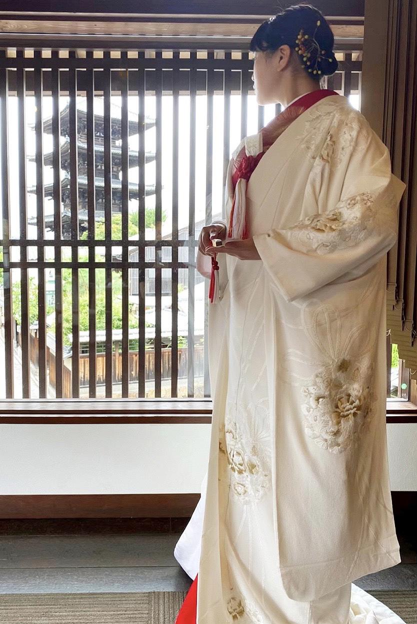 京都東山の和装が合う結婚式会場THE SODOH HIGASHIYAMA KYOTOのTHE YASAKAの披露宴会場に合わせた白無垢と赤掛下のコーディネートのご紹介