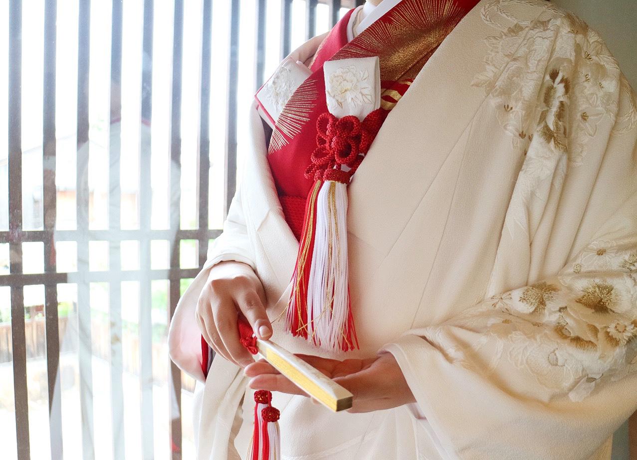 ザ・トリート・ドレッシング京都店にてお取り扱いをしている金刺繍が施された白無垢と赤色の掛下を合わせた上品な和装コーディネート