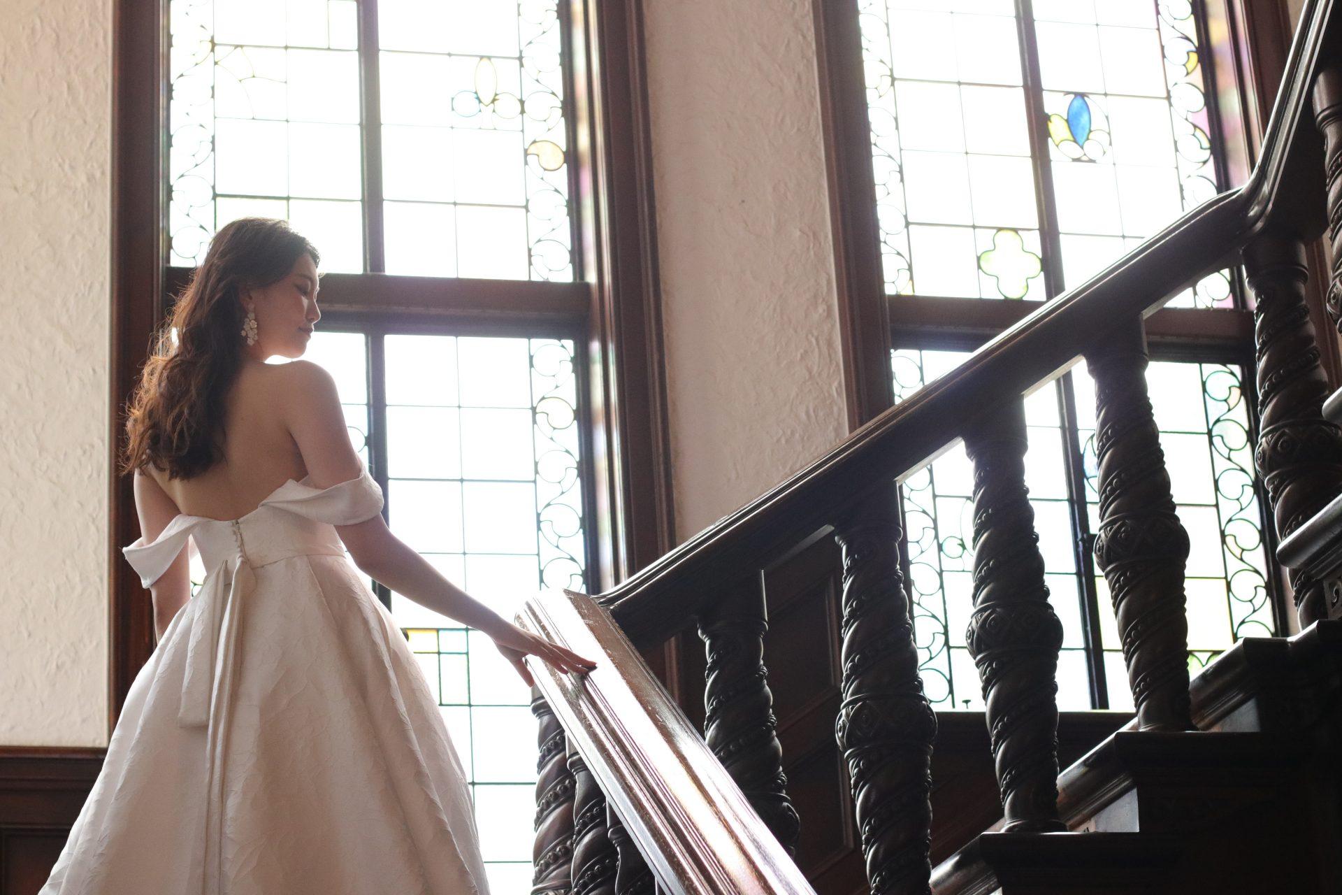 洋館のゲストハウスにもよく合う重厚感あるジャガード生地のドレスは、動く度にドラマティックな広がりを見せるため、海外映画のような結婚式をイメージされている方にお召しいただきたいお衣裳です