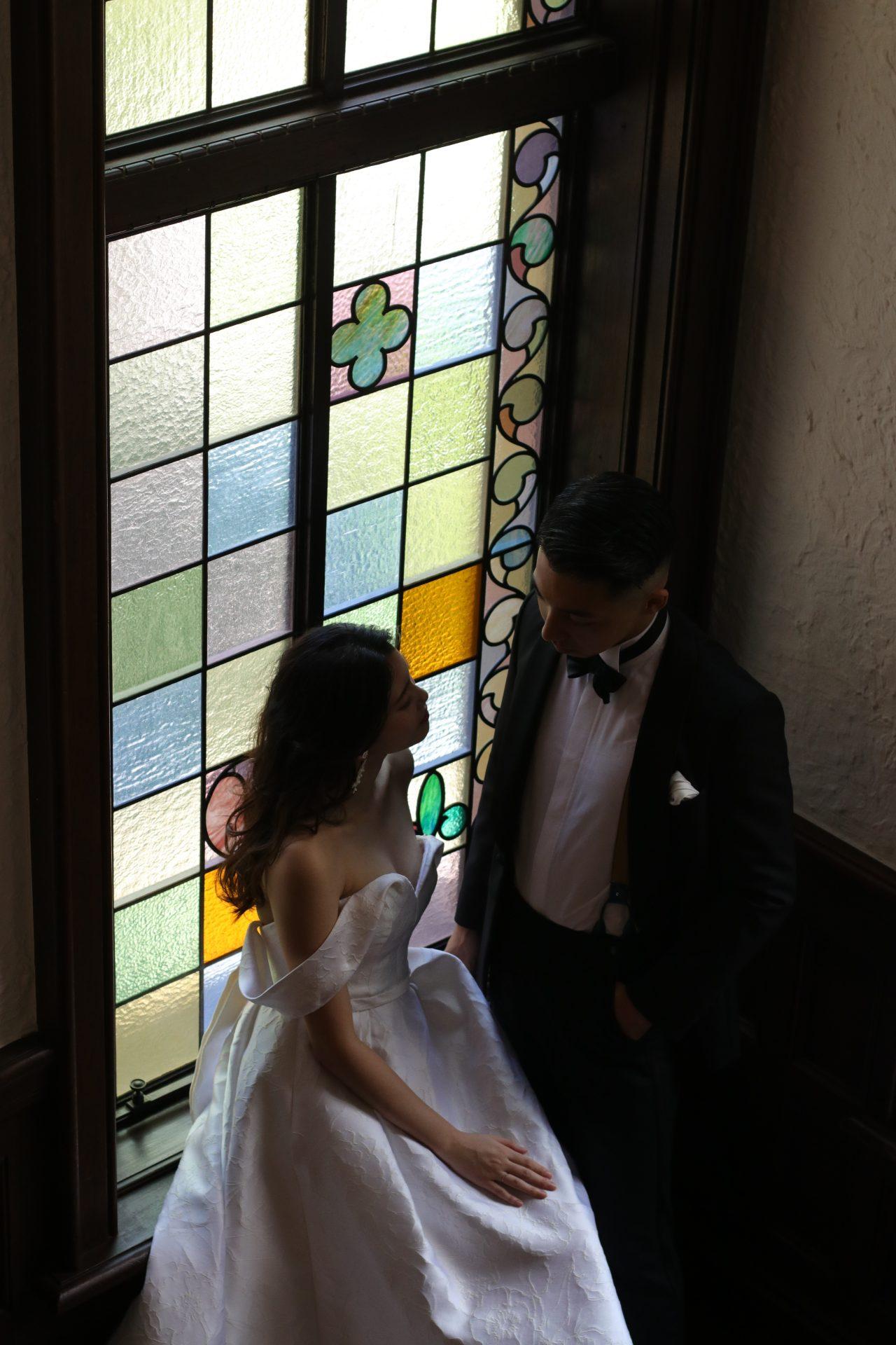 東京赤坂で人気のゲストハウス、赤坂プリンスクラシックハウスでお式を挙げる新婦様には、花柄ジャガード生地の上品な光沢とオフショルダーのデザインがエレガントなキャロリーナへレラのAラインドレスがおすすめです