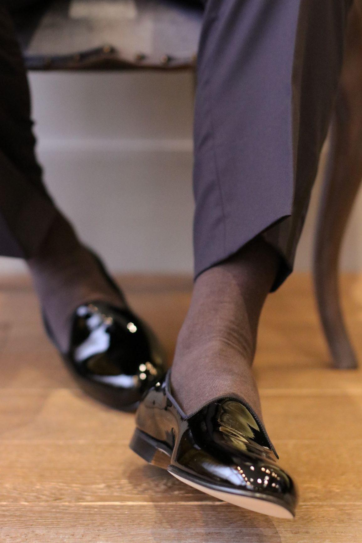履き心地の良さとシャープなシルエットを兼ね備えたデザインがお洒落な男性に大人気のエドワード・グリーンのシューズは、ゲストと距離の近い少人数ウェディングや前撮りでも映える一足です