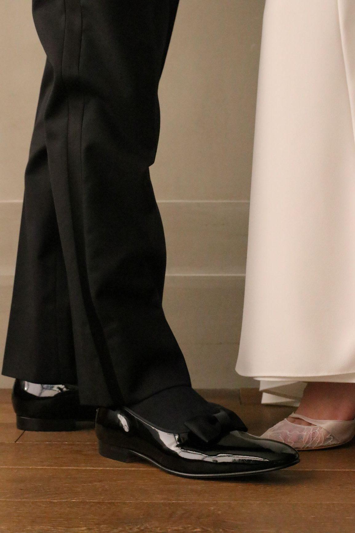 TOMO KOIZUMIとのコラボレーションで世界から注目を浴びるウェディングドレスのセレクトショップ、THETREATDRESSINGではご新婦様のお衣裳だけでなく、ご新郎様のフォーマルタキシードやお色直しスタイルにも力を入れています。